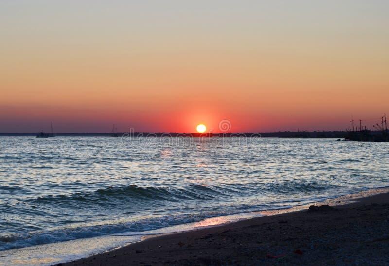 Zonsondergang op een strand in Berdyansk ukraine royalty-vrije stock afbeelding