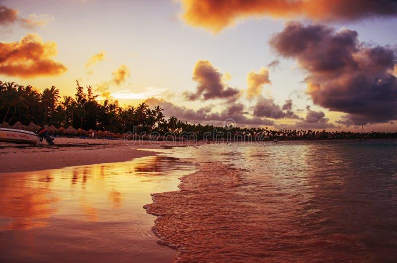 Zonsondergang op een tropisch eiland, Dominicaanse Republiek royalty-vrije stock fotografie