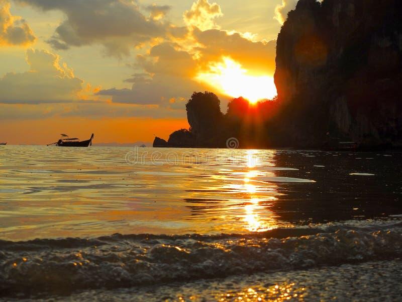 Zonsondergang op een verbazend Thais strand stock foto