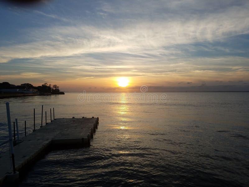 Zonsondergang op Frire-Eiland stock afbeelding