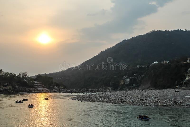 Zonsondergang op Ganga-rivier in Rishikesh, Uttarkhand, India stock foto's