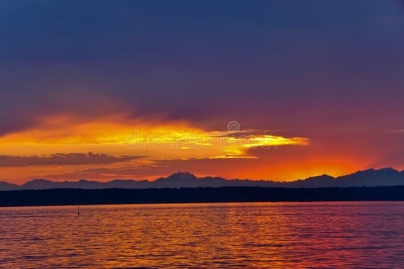Zonsondergang op Geluid Puget stock afbeelding