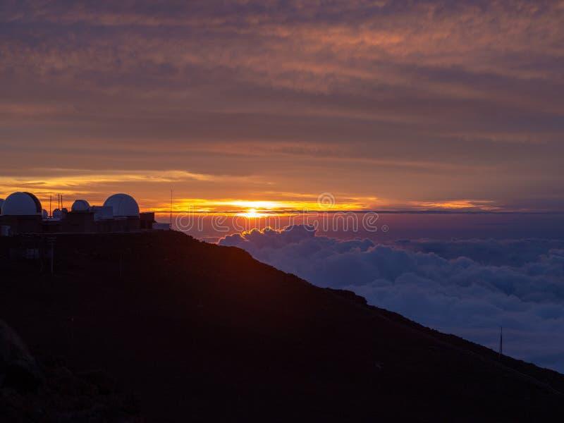 Zonsondergang op Hawaï bij de bovenkant van een vulcano stock foto