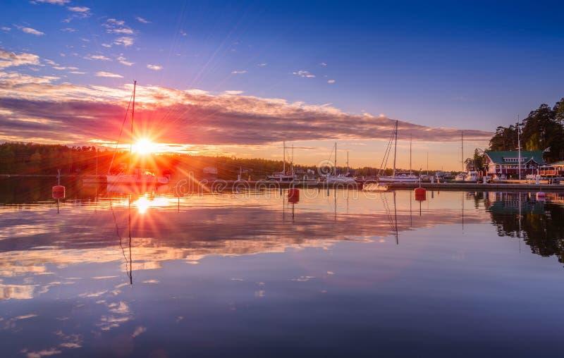 Zonsondergang op het dok van de Oostzee stock afbeelding