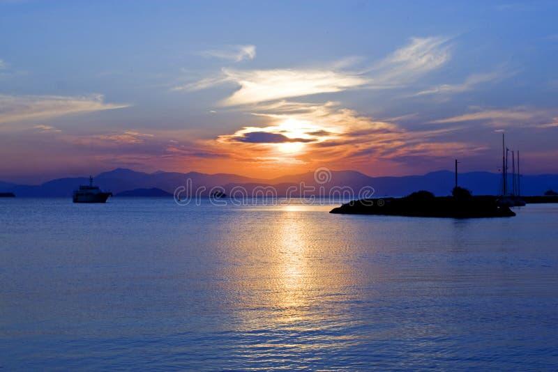 Zonsondergang op het Eiland Aegina in Griekenland op de Middellandse Zee stock afbeeldingen
