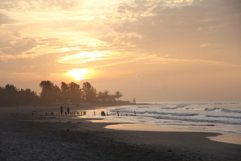 Zonsondergang op het Gambiaanse strand royalty-vrije stock foto's