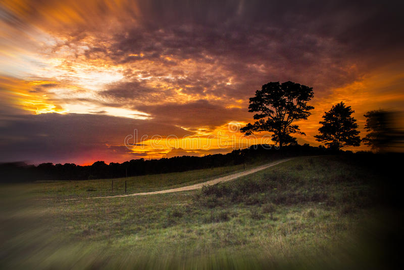 Zonsondergang op het landbouwbedrijf stock afbeeldingen