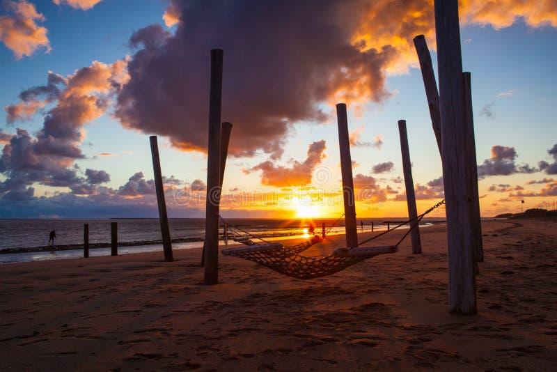Zonsondergang op het lege strand, Hjerting, Jutland, Denemarken stock fotografie