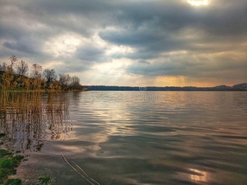 Zonsondergang op het meer royalty-vrije stock fotografie