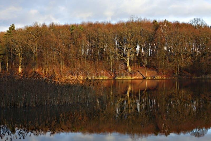 Zonsondergang op het meer royalty-vrije stock afbeelding