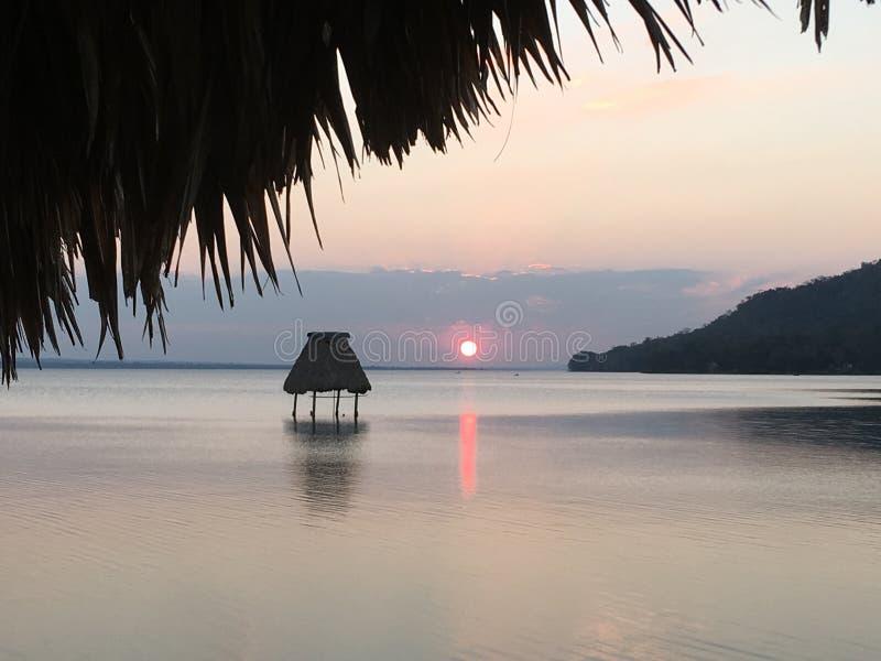 Zonsondergang op het Meer Gr Remate Guatemala van Peten Itza royalty-vrije stock foto