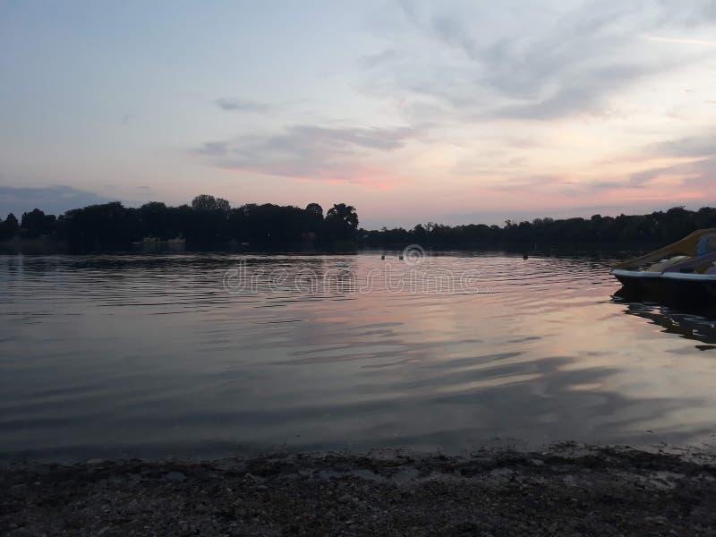 Zonsondergang op het meer stock fotografie