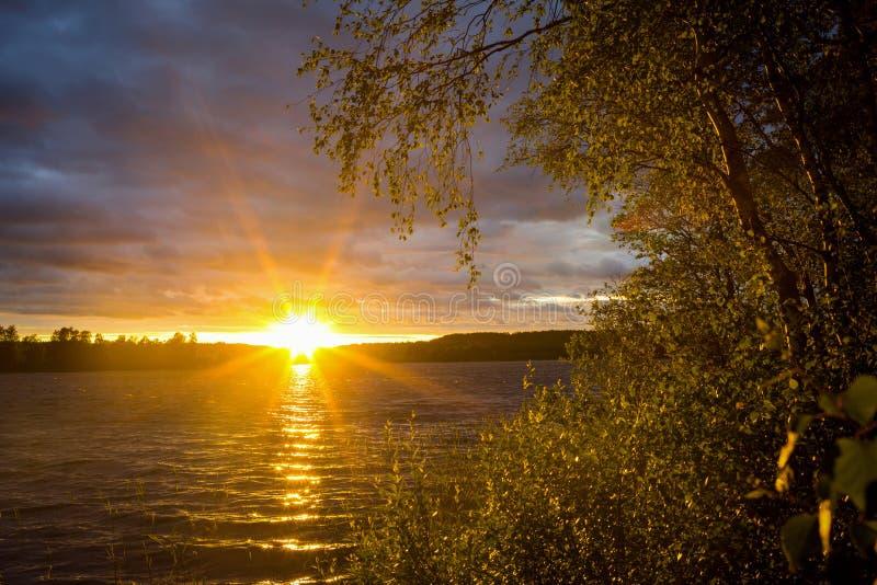 Zonsondergang op het meer van Ladoga royalty-vrije stock foto