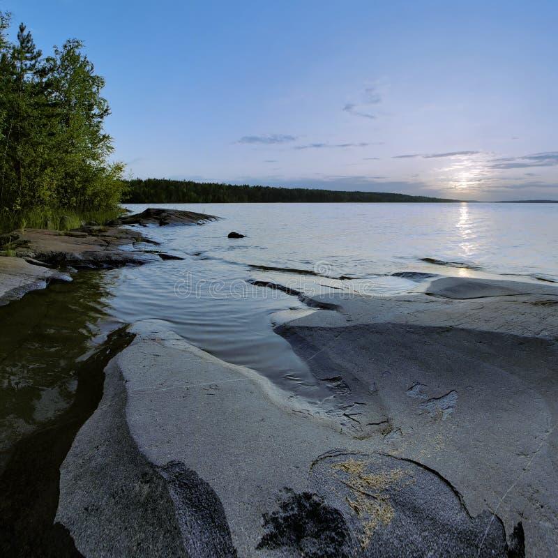 Zonsondergang op het meer van Ladoga, Karelië, Rusland stock afbeelding