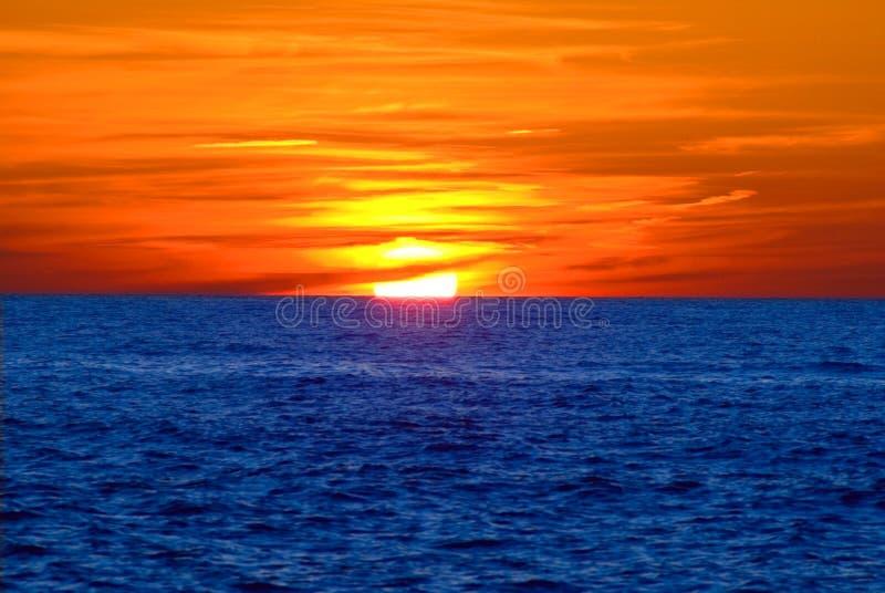 Zonsondergang op het overzees stock afbeelding