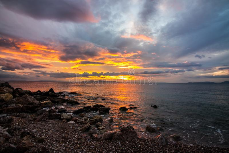 zonsondergang op het overzees, strand die, mooie mening, mooie sunsets, bij het strand door het overzees gelijk maken, stock fotografie