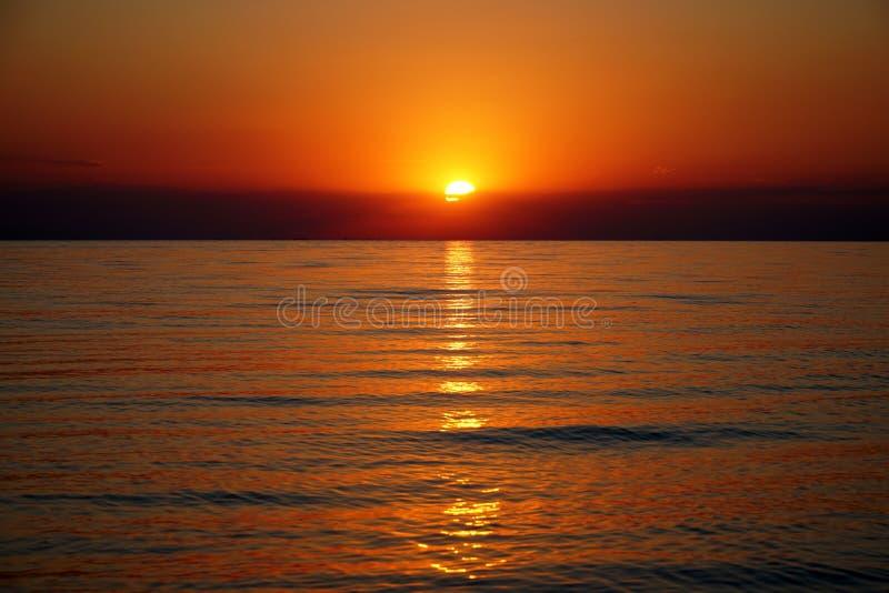 Zonsondergang op het overzeese strand stock foto's