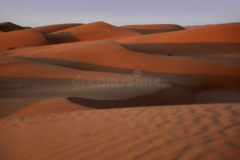 Zonsondergang op het rode Wahiba-zand van Oman stock foto