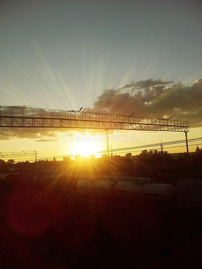 Zonsondergang op het spoorwegeind van de dag stock fotografie