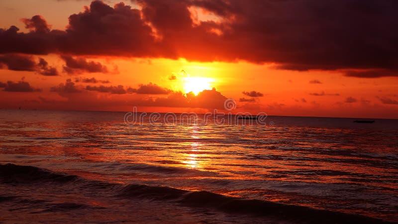 Download Zonsondergang Op Het Strand In De Avond Op Zee Mooie Zonsopgang La Stock Afbeelding - Afbeelding bestaande uit strand, sinaasappel: 107700321