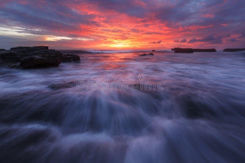 Zonsondergang op het strand, Echo Beach, Bali stock foto's