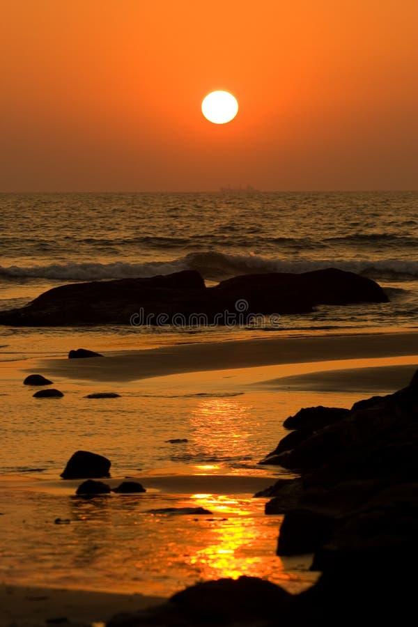 Zonsondergang op het strand in Goa royalty-vrije stock foto's