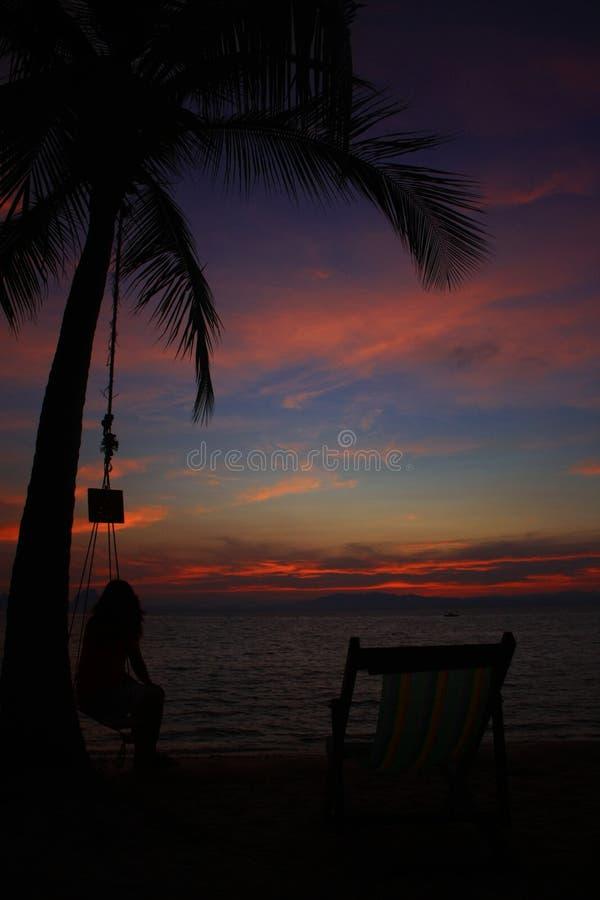 Zonsondergang op het strand in Ngai-Eiland, Thailand stock afbeelding