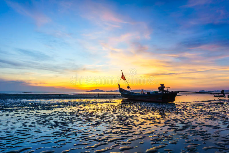 Zonsondergang op het strand in Trang-provincie, Thailand stock foto