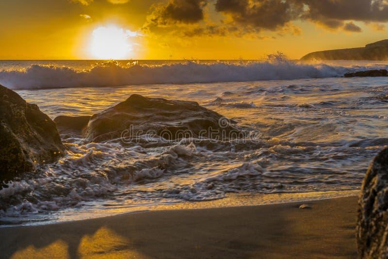 Zonsondergang op het strand van Fuerteventura royalty-vrije stock fotografie