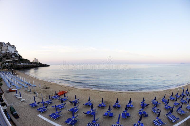 Zonsondergang op het strand van Sperlonga-stad Lazio, Itali? royalty-vrije stock foto