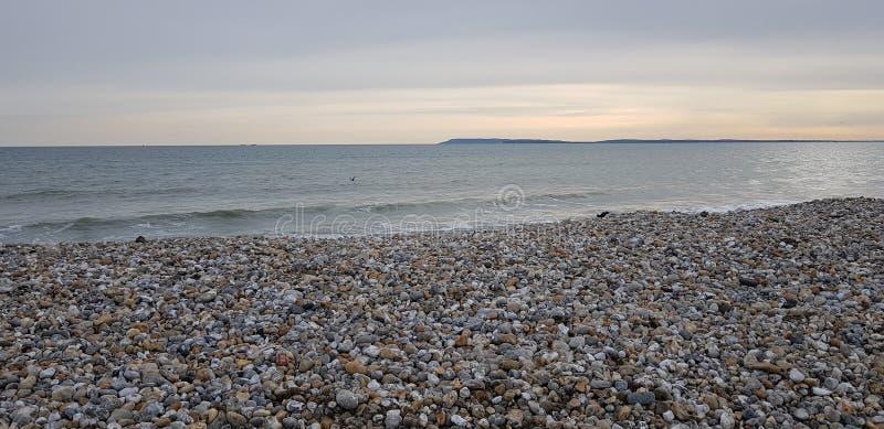 Zonsondergang op het strand in het Westen Wittering royalty-vrije stock afbeeldingen