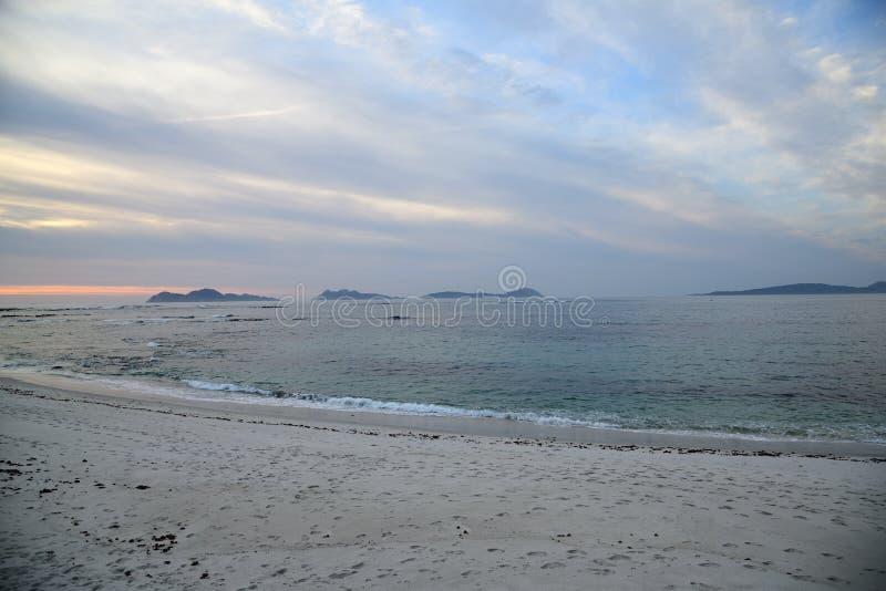 Zonsondergang op het strand Wolken op de horizon met een kalme overzees Mooie pastelkleur sunsent bij Strand royalty-vrije stock foto's