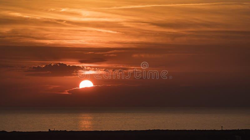Zonsondergang op het Toscaanse overzees royalty-vrije stock afbeelding