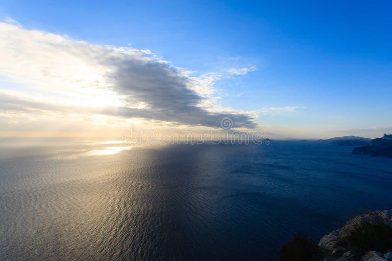 Zonsondergang op het water Dramatische Hemel stock afbeeldingen