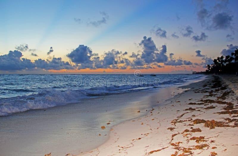 Zonsondergang op het zandige strand royalty-vrije stock foto