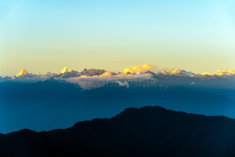 Zonsondergang op Himalayagebergte van Dochula-Pas - Bhutan stock foto