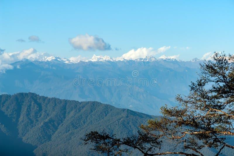 Zonsondergang op Himalayagebergte van Dochula-Pas - Bhutan royalty-vrije stock afbeelding