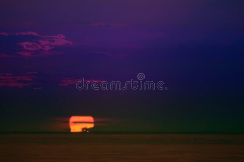 zonsondergang op horizontale lijn van de overzeese de hemel avondnacht royalty-vrije stock foto's
