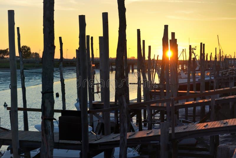 Zonsondergang op houten posten van een am haven royalty-vrije stock afbeeldingen