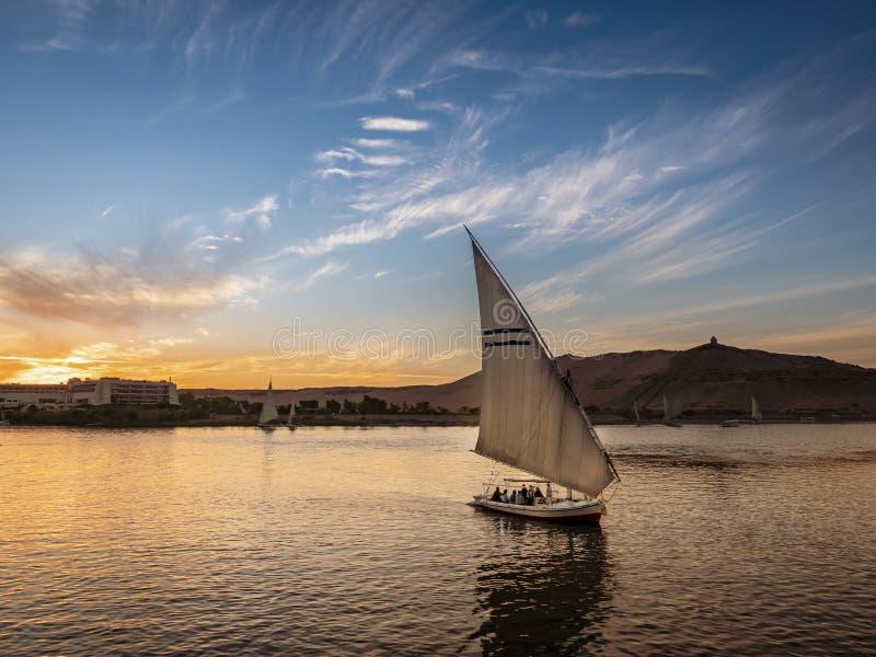 Zonsondergang op Nile River in Aswan-Stad dichtbij Luxor en Kaïro royalty-vrije stock fotografie