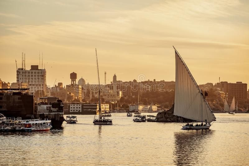 Zonsondergang op Nile River met traditionele boten in Luxor Thebes Egypte royalty-vrije stock foto