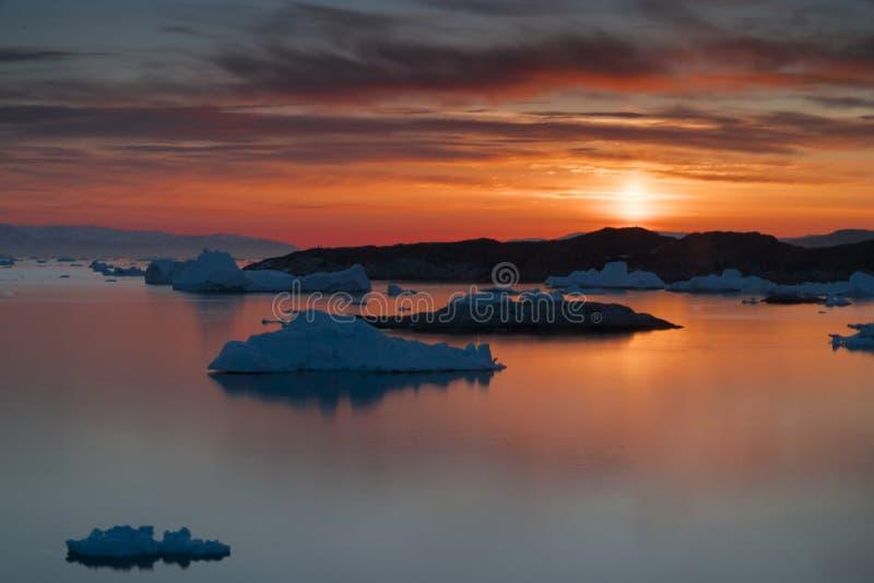 Zonsondergang op noordpooloceaan in Groenland stock afbeelding