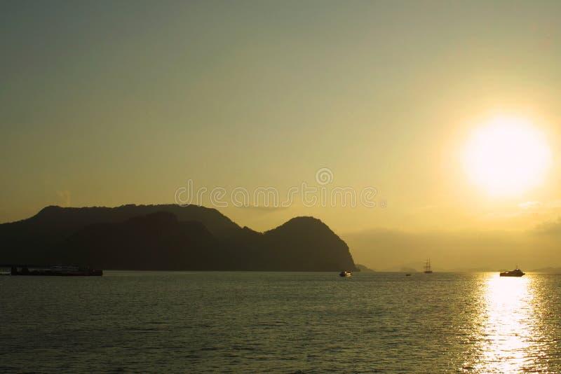 Zonsondergang op overzees Andaman dichtbij eiland Langkawi stock afbeeldingen