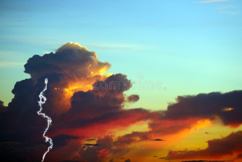 zonsondergang op overzees en de kleurrijke donder van de de hemelverlichting van de vlamwolk koude stock foto