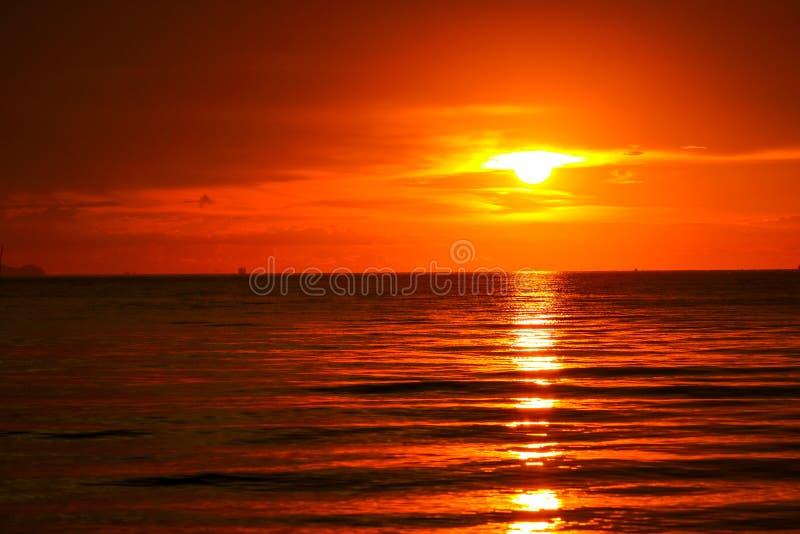 zonsondergang op overzees en de oceaan laatste lichtrode wolk van het hemelsilhouet stock fotografie