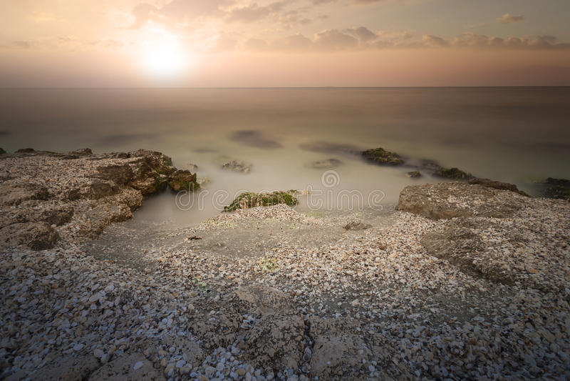 Zonsondergang op Overzees Heldere zon op hemel royalty-vrije stock foto