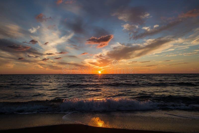 Zonsondergang op Overzees Heldere zon op hemel Golven royalty-vrije stock afbeeldingen