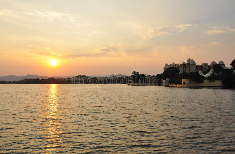Zonsondergang op Pichola-meer, Udaipur, Rajasthan, India royalty-vrije stock foto