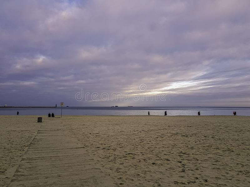 Zonsondergang op Poolse kust - Oostzee in Gdynia, Tricity, Polen stock foto