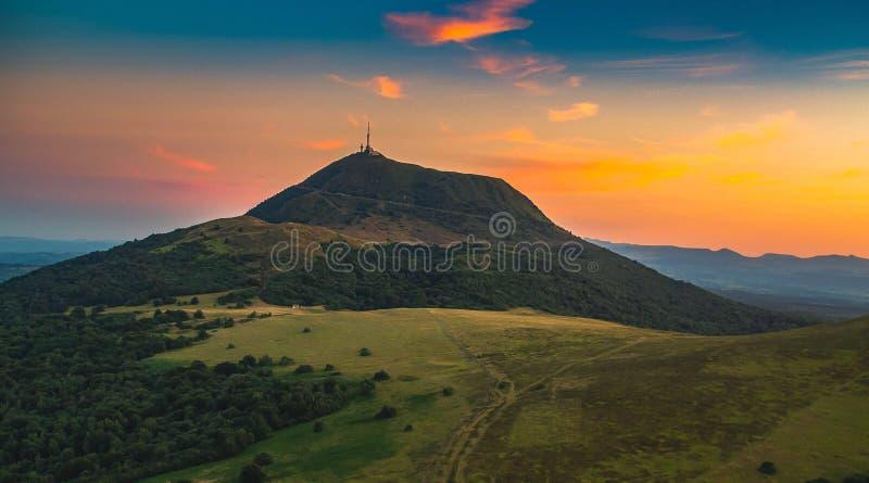 Zonsondergang op puy-DE-DÃ'me, in Auvergne in Frankrijk royalty-vrije stock foto's